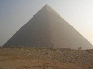 Foto 9-Giza, Egitto: la forma della piramide richiamerebbe alla memoria la forma di un vulcano,  in particolar modo quello dell'isola di Pico nell'arcipelago delle Azzorre