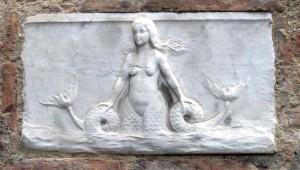 Palazzetto_in_via_dei_rossi_targa_con_sirena_bicaudata-300x170 Le Origini della Sirena Bicaudata tra Protostoria e Rinascimento